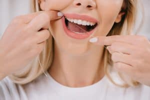 woman-flossing-teeth